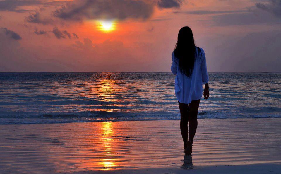 Femme la plage coucher de soleil - Sortie de plage femme ...